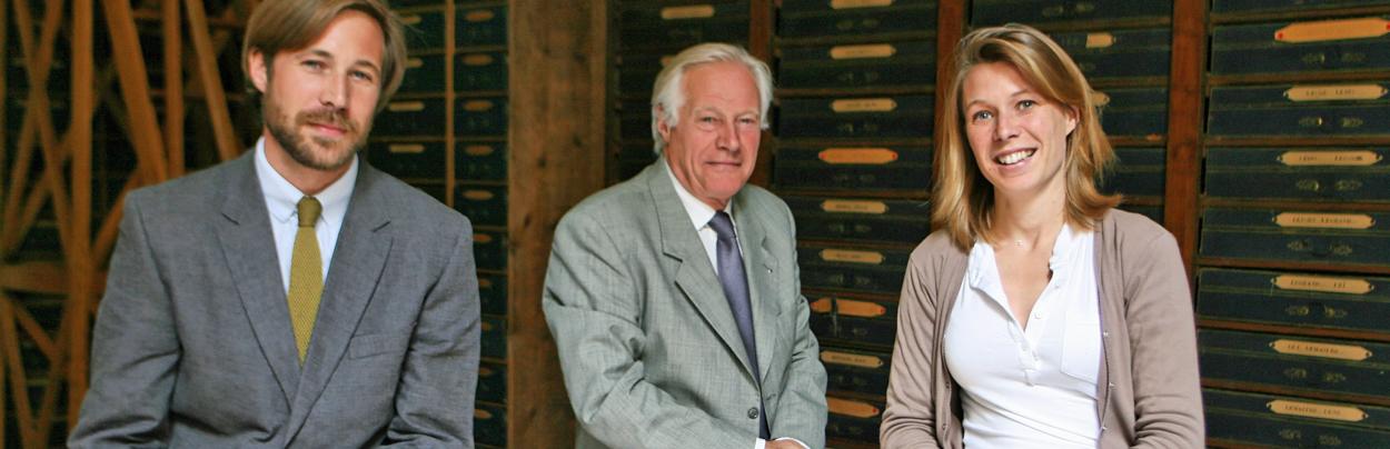 Jean-Marie Andriveau avec ses enfants Cécile et Matthieu, actuels dirigeants des Archives généalogiques Andriveau